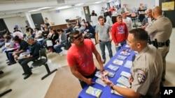 Polisi di San Diego, California, berbicara kepada pra imigran mengenai cara mendapatkan surat izin mengemudi. (Foto: Dok)