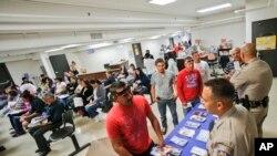 La Patrulla de Carreteras de California atiende a decenas de inmigrantes indocumentados que buscan obtener su licencia de conducir.