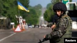 Một binh sĩ Ukraine đứng cạnh trong thị trấn Slaviansk, miền đông Ukraine 13/5/14
