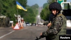 Ukrajinski vojnik na kontrolnom punktu na ulazu u istočni grad Slavjansk