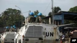 코트디부아르의 경제 수도 아비쟝 시내에서 유엔 평화유지군들이 장갑차를 탄 채 순찰을 돌고 있다.(자료사진)