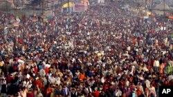 2011년 수 천명의 힌두교인들이 인도 갠지스강에 모여있다.