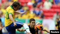 El brasileño Bernard (izquierda) reemplazará a Neymar ante Alemania.