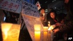 지난 2012년 서울에서 북한 주민과 탈북자들의 인권 개선을 요구하는 촛불시위가 열렸다. (자료사진)