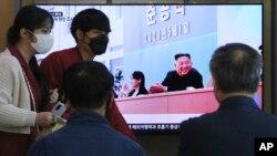 Građani u Seulu gledaju TV izveštaj o severnokorejskom lideru Kim Džong Unu, 2. maj 2020.