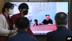 지난 2일 한국 서울역에 설치된 TV에서 북한 김정은 국무위원장의 공식활동 재개 관련 뉴스가 나오고 있다.