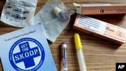在麻薩諸塞州陶頓市的一個記者會上展示的健康教育小冊子和一些抗鴉片成癮藥物的樣品。