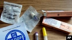 在马萨诸塞州陶顿市的一个记者会上展示的健康教育小册子和一些抗阿片成瘾药物的样品。