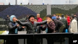 Para pelayat berteriak histeris di lokasi tragedi injak-menginjak di Shanghai, China Selasa (6/1).