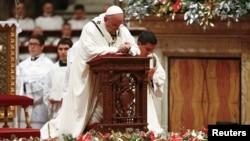 Pap Franswa ki te mete ajenou anvan li t al chante Mès Minui nan Bazilik Sen Pyè a nan Vatikan an, jedi 24 desanm 2015 la. (Foto: REUTERS/Tony Gentile).
