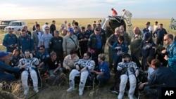 Từ trái sang phải: Phi hành gia Mỹ Terry Virts, phi hành gia Ý Samantha Cristoforetti và phi hành gia Nga Anton Shkaplerov sau khi hạ cánh xuống khu vực xa xôi bên ngoài thị trấn Dzhezkazgan, Kazakhstan, ngày 11/6/2015.