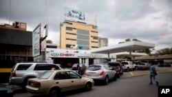 Los residentes de la capital venezolana despertaron con largas filas de autos en las gasolineras en medio de rumores de que los suministros de combustible están bajos.