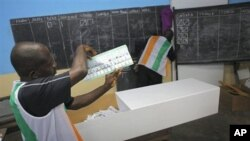 Election officials start counting ballots in first round of presidential elections in Abidjan, Ivory Coast, 31 Oct. 2010.