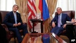 Ngoại trưởng Mỹ John Kerry (trái) gặp Ngoại trưởng Nga Sergei Lavrov tại Vienna, ngày 30/6/2015. Việc Nga tăng cường hiện diện quân sự ở Syria đang gây lo ngại cho các giới chức quốc phòng Mỹ.