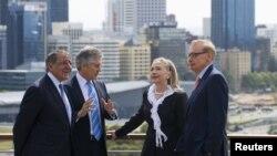 Bộ trưởng Ngoại giao Úc Bob Carr (phải ngoài cùng) và Bộ trưởng Quốc phòng Úc Stephen Smith (thứ hai bên trái) trò chuyện với Ngoại trưởng Mỹ Hillary Clinton (thứ hai bên phải) và Bộ trưởng Quốc phòng Mỹ Leon Panetta (trái ngoài cùng) tại Perth, 14/11/2012.
