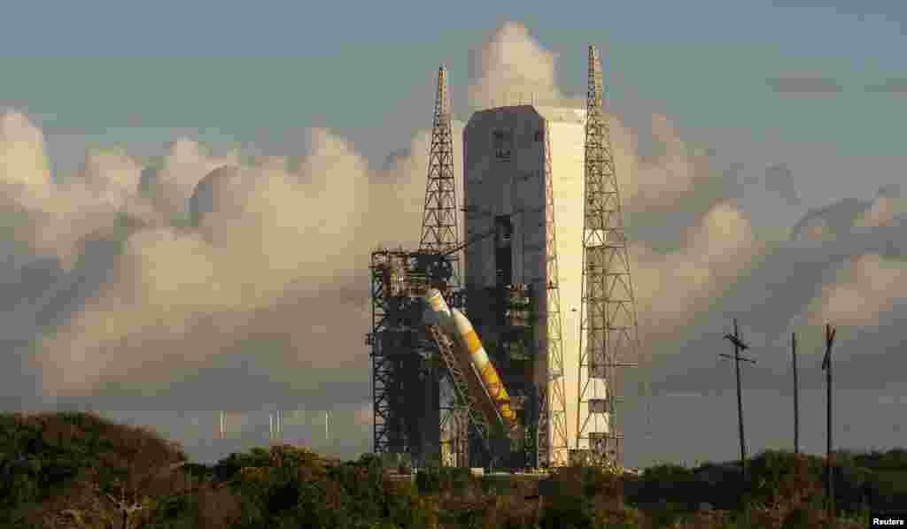 Une vue de la fusée United Launch Alliance Delta IV Heavy en préparation pour le premier essai en vol du nouveau satellite Orion de la NASA à la station de Cap Canaveral Air Force, en Floride Octobre 1, 2014.