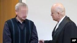 Судья беседует с Андреасом Аншлагом в зале суда. Штутгарт, Германия. 15 января 2013 года