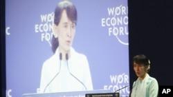 Bà Suu Kyi đọc diễn văn tại Diễn đàn Kinh tế Thế giới ở thủ đô Bangkok, Thái Lan hôm 1/6/12