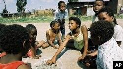 Anak-anak Afrika bermain di sebuah lapangan (foto: dok). Anak-anak yang bermain di luar rumah dengan lingkungan kotor rentan terjangkiti wabah diare.