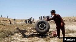 Seorang warga Afghanistan berdiri di dekat lokasi ledakan bom di provinsi Laghman (3/6). Sebuah bom baru-baru ini dilaporkan meledak di Afghanistan Barat, menewaskan ayah dan tiga anaknya.