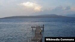 Perairan Selat Bali, tempat tenggelamnya kapal feri Ravelia II, dilihat dari Banyuwangi, Jawa Timur (foto: dok).