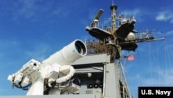 Боевой лазер ВМС США на борту американского корабля USS Ponce в Персидском заливе (U.S. Navy photo by John F. Williams)