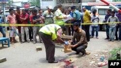 12일 방글라데시 실헷 시에서 이슬람을 비판한 블로거, 아난타 비조이 다스 씨가 살해된 현장을 경찰이 수색하고 있다.