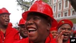 Kiongozi wa chama cha upinzani cha Economic Freedom Fighters (EFF) Julius Malema, akiwasili bungeni na vazi la kuonyesha kuwaunga mkono wachimba makaa ya mawe huko Cape Town, Afrika Kusini, May 21, 2014.
