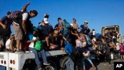 Migran karavan dari Amerika Tengah menuju AS, melanjutkan perjalanan mereka dengan menumpang trailer ke Pijijiapan, Meksiko, Kamis, 25 Oktober 2018.