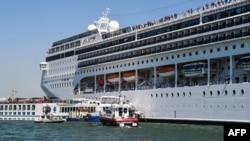 Круизный лайнер MSC Opera у причала в Венеции. Италия. 2 июня 2019 г.
