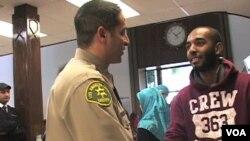 Sherif Morsi yang beragama Islam (kiri) adalah Wakil Kepala Polisi Los Angeles berusaha merangkul komunitas muslim.