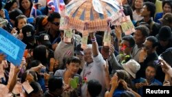 Anti-government protest leader Suthep Thaugsuban (C) collects donations from his supporters during a rally at the TOT Public Company building in Bangkok, Apr. 30, 2014.