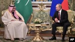 사우디 국왕으로는 처음으로 러시아를 방문한 살만 국왕(왼쪽)이 5일 모스크바에서 블라디미르 푸틴 러시아 대통령과 정상회담을 가졌다.