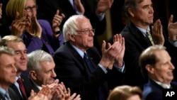 Ứng cử viên tổng thống của đảng Dân chủ, Thượng nghị sĩ Bernie Sanders, và những người khác, hoan nghênh bài diễn văn của Tổng thống Obama trước lưỡng viện Quốc hội ở Washington ngày 12/1/2016.