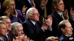 El candidato presidencial demócrata y senador por Vermont, Bernie Sanders, aplaude al presidente Obama.