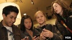 """Menurut hasil survei di Amerika, """"sexting"""" atau mengirim pesan seksual secara ekplisit melalui telepon genggam ternyata tidak umum di kalangan remaja seperti yang dikahwatirkan banyak orang tua."""
