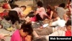多名兒童和等候在門口的家長受傷,部分傷者衣不蔽體,地面血跡斑斑。(微博截圖)