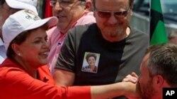 在竞选中,一位支持者吻罗塞夫的手