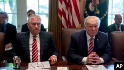 美国总统川普(右)6月12日在国务卿蒂勒森陪同下参加内阁会议