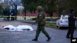 18일 러시아 남부 다게스탄 자치공화국 키즐랴르시에서 무장괴한들이 러시아정교회 예배를 마치고 나오는 기독교 신자들을 향해 무차별 총격을 가했다. 러시아 군이 사건 발생 후 현장을 수색하고 있다.