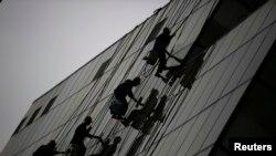工人们清洗北京一处商厦。(资料照)