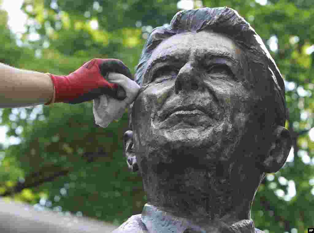 Người lau chùi Adam Gawronski đánh bóng tượng đài bằng đồng của cựu Tổng thống Mỹ Ronald Reagan ở trung tâm thành phố Warsaw, Ba Lan trước hội nghị thượng đỉnh NATO sẽ diễn ra ở Warsaw vào tháng 7 với sự tham dự của Tổng thống Barack Obama, và trước ngày giỗ 5 tháng 6 của Tổng thống Reagan.