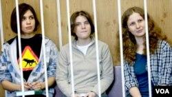 Anggota kelompok musik Rusia, Pussy Riot, yang dipenjara karena kritikan terhadap Presiden Vladimir Putin. (Foto: Dok)