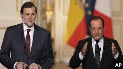 Thủ tướng Tây Ban Nha Mariano Rajoy (trái), và Tổng thống Pháp Francois Hollande phát biểu với giới truyền thông tại một cuộc họp báo diễn ra sau hội nghị Pháp-Tây Ban Nha ở cung điện Elysee, Paris, 17/10/2012. (AP Photo/Christophe Ena)