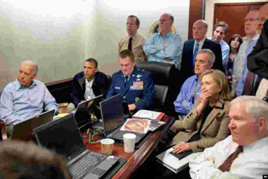奥巴马总统和拜登副总统(最左)以及白宫的国家安全人员监看美军突袭本拉登的行动。图中最右为国防部长盖茨,其次是国务卿克林顿。