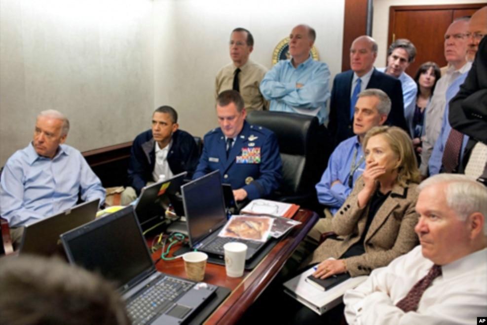 2011年5月1日,美国高官在白宫战情室监看美军突袭本拉登的行动。奥巴马总统,拜登副总统(最左),国防部长盖茨(最右),国务卿克林顿(前排右起第二人)。