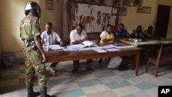 Un soldat congolais assure la sécurité dans un bureau de vote lors de l'élection présidentielle du 20 mars 2016, à Brazzaville, Congo.