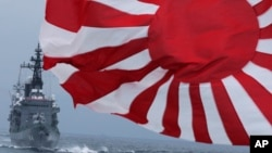 지난 10월 일본 자위대 군함이 도쿄 남부 해안을 항해하고 있다.