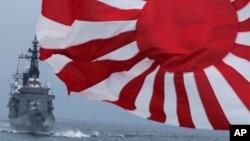 Lực lượng tự vệ Hàng hải Nhật Bản (JMSDF) hộ tống tàu Kurama (trái) và tàu khu trục Yudachi ra Vịnh Sagami, phía nam Tokyo.