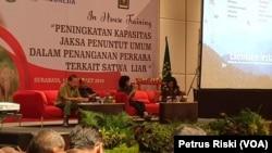 Sesi pemaparan dan diskusi pada pelatihan peningkatan kapasitas penuntut umum dalam penanganan perkara tindak pidana terkait satwa liar di Surabaya (foto:VOA/Petrus Riski)